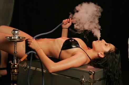 фото курит голая